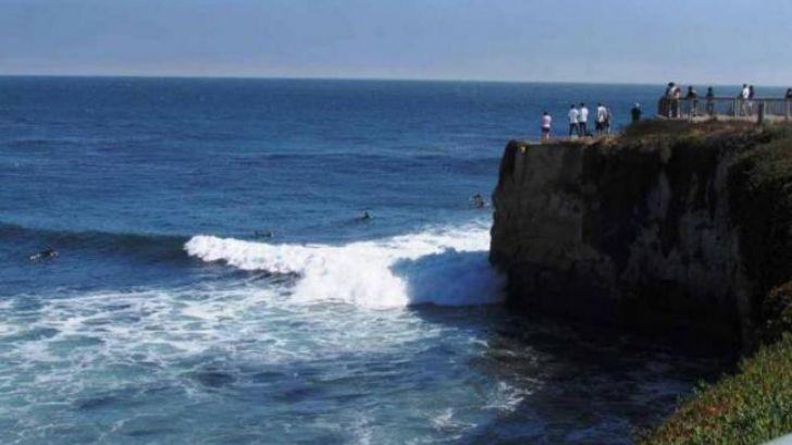 Surferul a sărit în valurile furioase ale oceanului