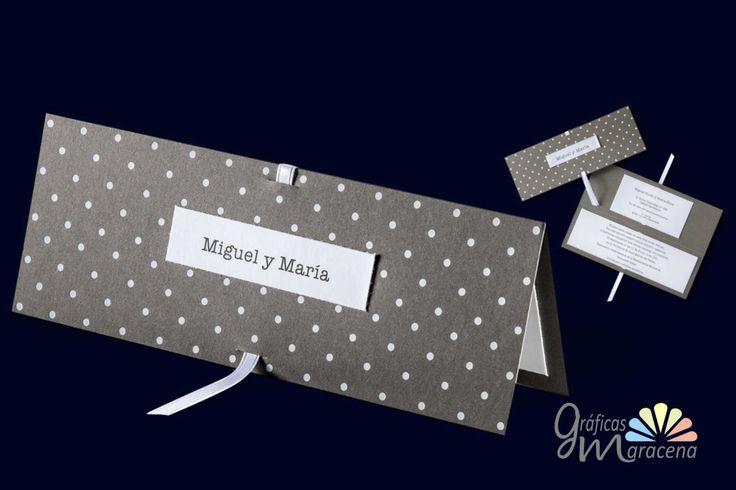 Invitación de boda en color gris con lunar blanco.