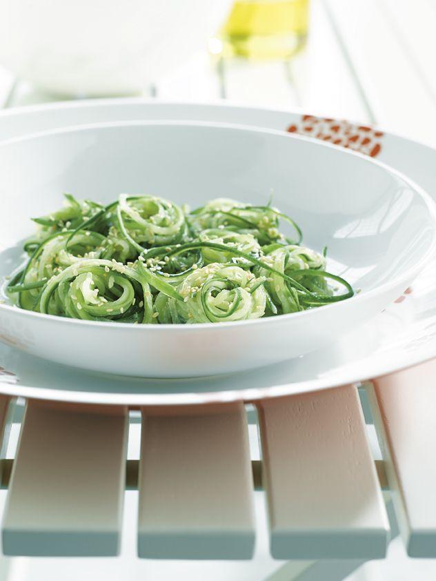 bereiden:Snijd de komkommer in dunne repen. Bak de sesamzaadjes in een pan zonder vetstof en laat afkoelen. Rasp de gember en meng met de mosterd, het limoensap en de mosterdzaadjes. Haal de komkommerreepjes door dit mengsel en strooi de sesamzaadjes erover. Kruid met peper en zout.sereveren:Serveer het slaatje lekker gekoeld.
