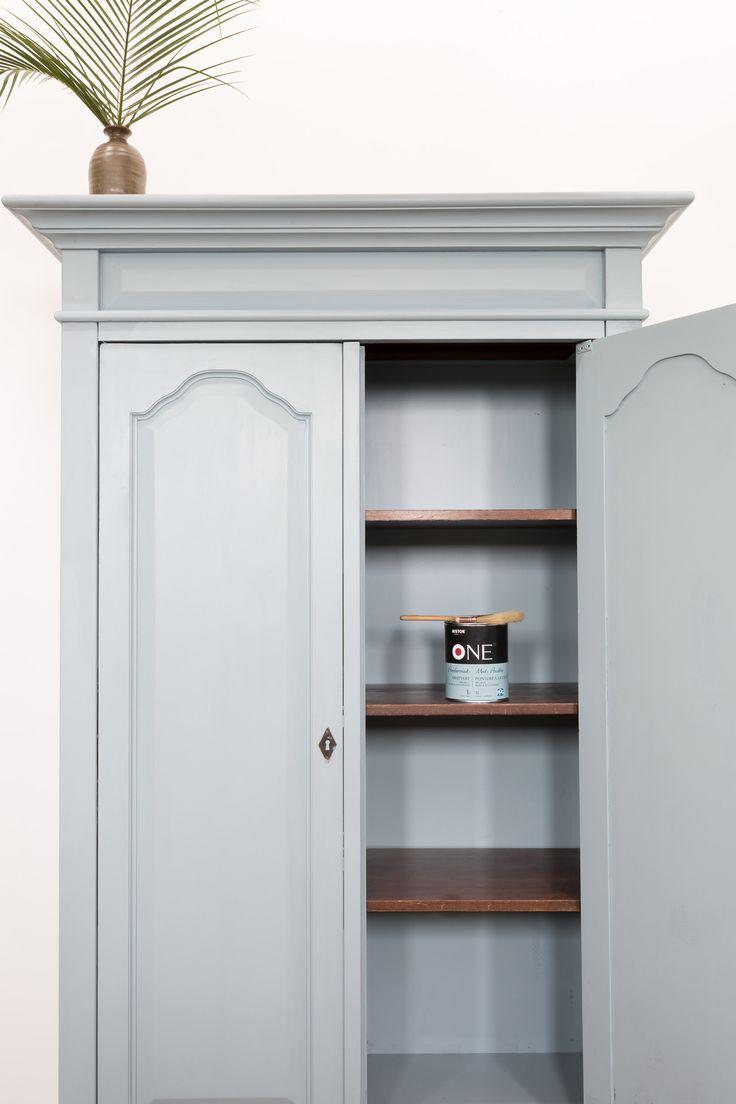 DIY kast schilderen-Stap 1: Kies je kleur  Een verfklus is leuk, maar hoe kies je in welke kleur je je meubel gaat schilderen? Bij het verven van een meubel houd je natuurlijk rekening met de kleur van de muur en de rest van het interieur. Ga jij voor een blikvanger, of ga je juist voor een subtiele metamorfose? In de aflevering van Weer verliefd op je huis zijn de kast en de muur van de eetkamer in dezelfde kleur geschilderd.