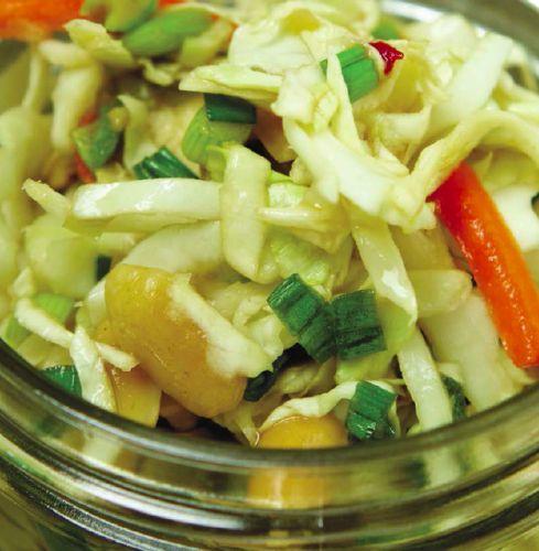 КАПУСТНЫЙ САЛАТ С КРАСНЫМ ПЕРЦЕМ Всеми любимые капустные салаты можно и нужно готовить по разным рецептам. Вот один из них. Запеченный красный перец придает салату яркости, а его легкий вкус отлично оттеняет сытные блюда вроде, к примеру, бургеров с шампиньонами.