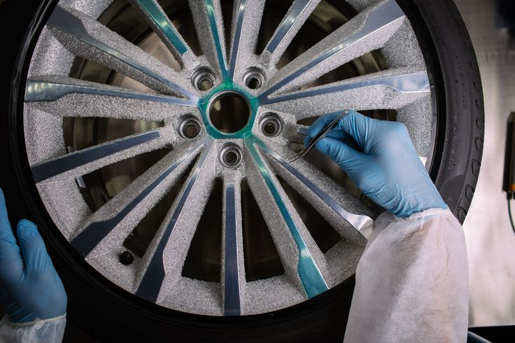 It also required about 3,5 - 4 kg of the finest StarDust which underwent careful selection to generate about 1,6 - 1,8 kg of the shiniest crystals per rim.  #skodadesignblok #designblok #skodasuperb #blackcrystal #stardust #crystalvalley #innovation #preciosainnovationlab