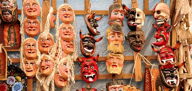 Buenas Tardes. Pátzcuaro se distingue por trabajar varios materiales cuando se trata de la elaboración de artesanías. En este mercado encontrarás piezas elaboradas con uno de los más comunes: la madera.  #Patzcuaro #GranHotelPatz