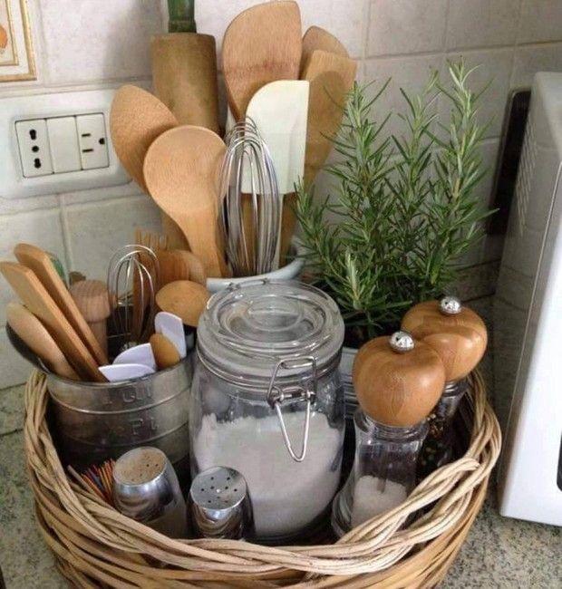 Além de manter os utensílios, potes e temperos arrumados, a cesta de palha é uma opção para quem quer organizar e decorar a cozinha.  (Foto: Reprodução/Pinterest)
