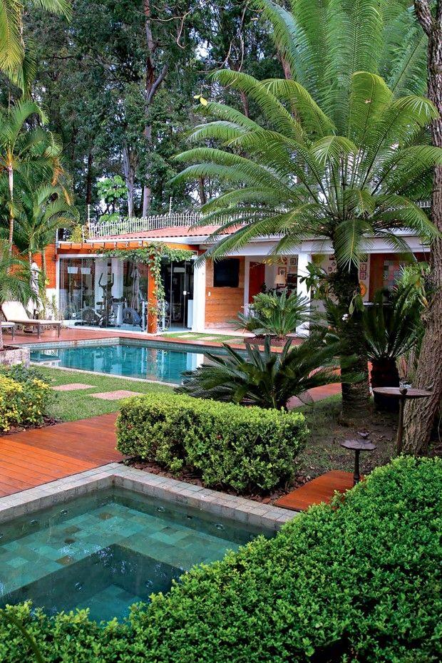 Efeito natural | No projeto do escritório MeyerCortez, pedras Hijau, da Palimanan revestem a parte interna da piscina e do spa. No entorno, deque de cumaru da Aroeira (Foto: Divulgação)