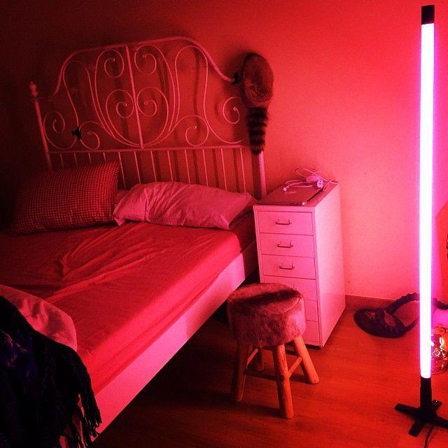 Pinterest Bellawill0w Hellrosa Zimmer Rote Red Aesthetic Neon Room Pink Bedrooms Bedroom Rooms Stop Grunge L Neon Bedroom Light Pink Rooms Neon Room