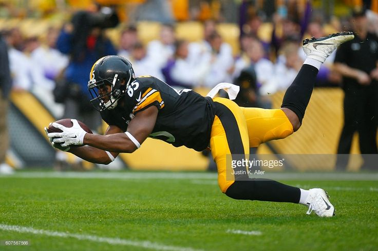 Xavier Grimble #85 of the Pittsburgh Steelers dives into the end zone for a touchdown in the first quarter during the game against the Cincinnati Bengals at Heinz Field on September 18, 2016 in Pittsburgh, Pennsylvania.