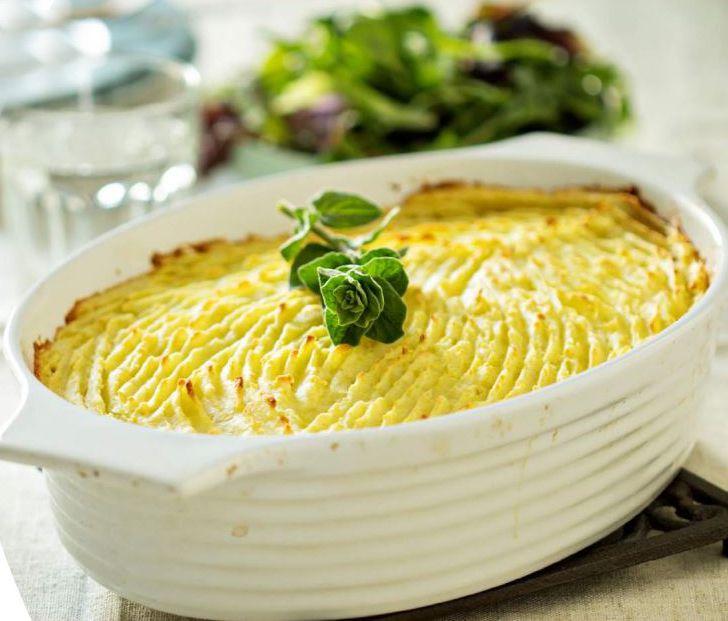 Lange mørke vinterdage kalder på mad som både mætter og luner. En ret som gør begge dele, er den engelske klassiker cottage pie. Her lavet på linser og svampe, helt uden kød.