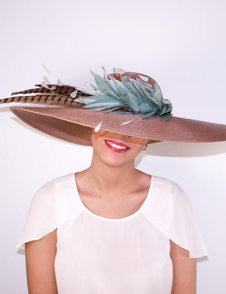 Elegante pamela en color nude de paja con detalles de plumas verdes. Un sombrero para bodas muy favorecedor y sofisticado.