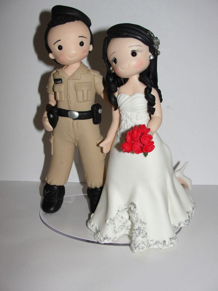 Topo de bolo personalizado estilo fofinho. As características de roupa e cabelo são de acordo com fotos dos noivos.