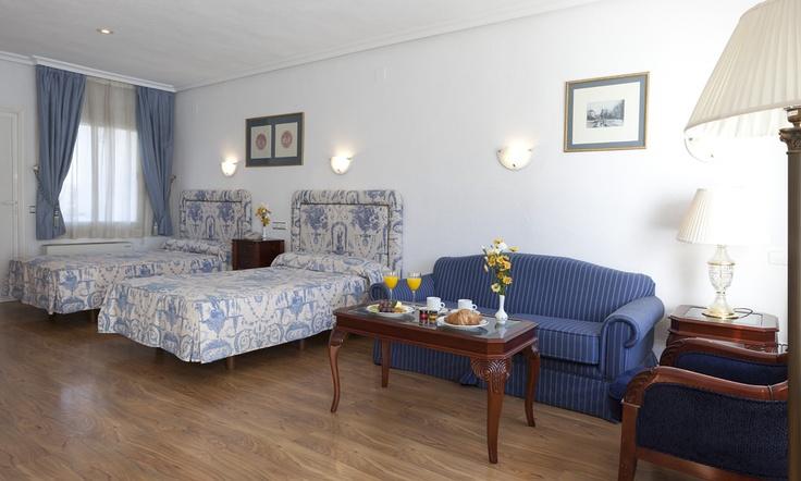 El Hotel Osuna se ubica cerca del aeropuerto y el recinto ferial del IFEMA, disponiendo además de bungalows y piscina. Es ideal para viajeros de negocios y familias que busquen servicio atento y habitaciones bien equipadas.