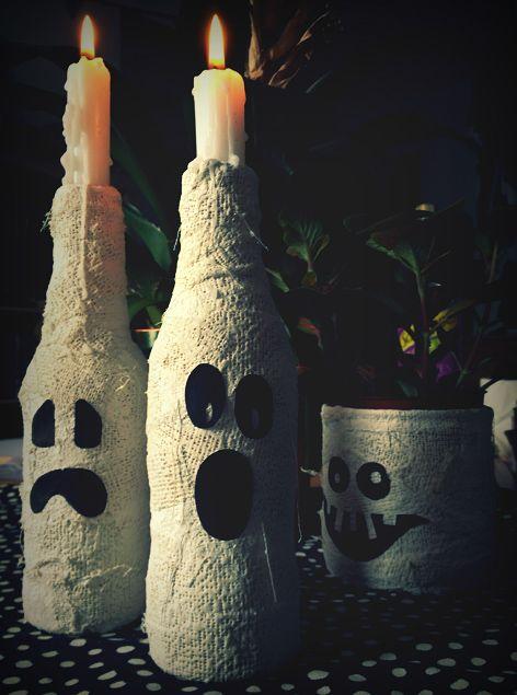 Réalisez ces bougeoirs fantômes avec des bouteilles en verre de récup' et quelques bandes plâtrées : à placer sur votre table le soir de Halloween ou au bo