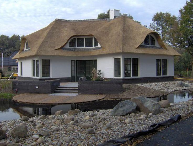 Een witte villa met rieten dak. Echt mijn droomhuis