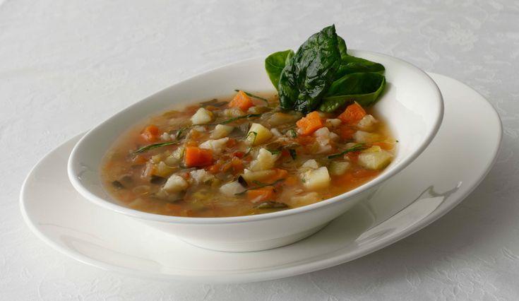 Il minestrone di verdure è un ottimo piatto caldo per le giornate più rigide dell'inverno, estremamente ricco di vitamine e fibre