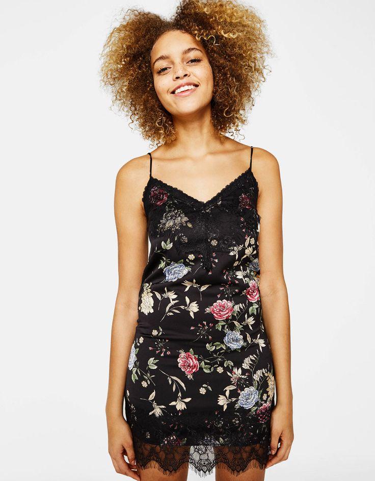Vestido lencero con estampado de flores. Descubre ésta y muchas otras prendas en Bershka con nuevos productos cada semana
