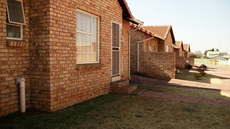 This is an immaculate townhouse in Grobler Park. 2 Tiled bedrooms. Full bathroom. Extremely neat kitchen - melamine - modern. Lounge with curtain rails. Garage: single & tip up. Visitors parking at unit. Manned access. Immaculate condition. Private garden. Electric gate, guard, security gate, burglar bars.
