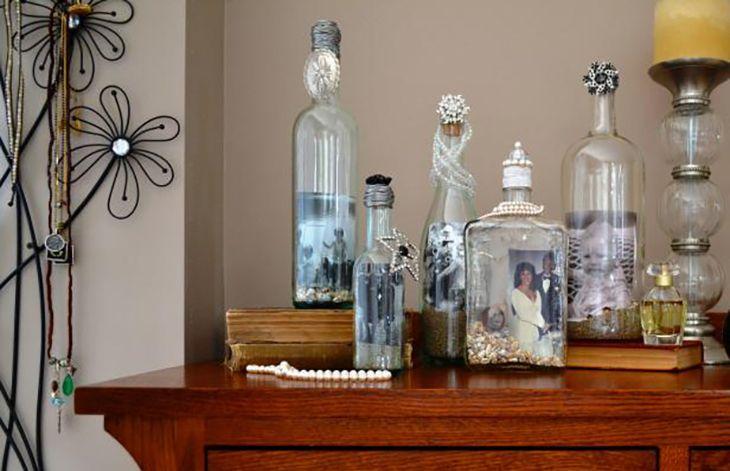 In plaats van de glazen flessen in de prullenbak weg te gooien, verwijdert ze de etiketten - homeideasclub