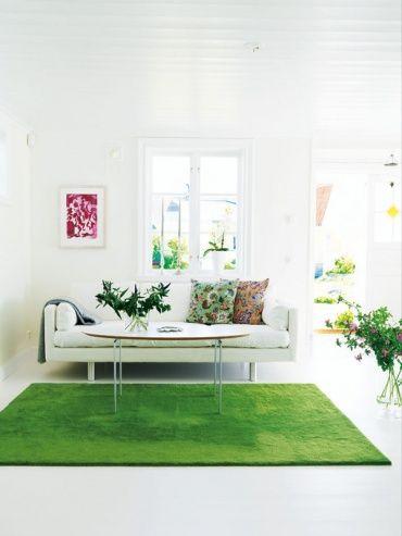 爽やかなリビングルーム。人工芝のようなカーペットはお庭の中にいるようです。かわいい柄の入ったクッションがお部屋のアクセントになっています。