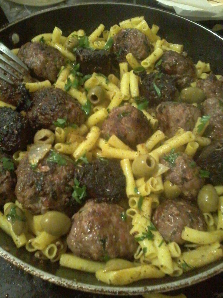 Faire des boulettes, beauf /porc  , chorizo doux / epice, oeuf, persillade huile d olive, sel poivre.. Faire cuire des pâtes Dans le jus de cuisson des boulettes faire suer de l oignons, puis quelque tranches de boudin noir,  Rajouter les boulettes les pâtes les olives et le boudin noir précuit ,  ciseler le persil,