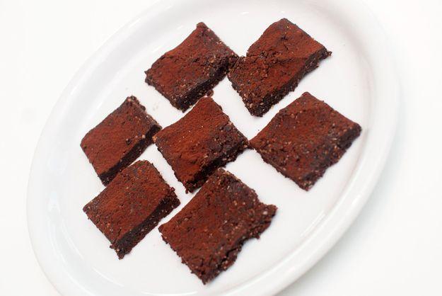 RÅ BROWNIEBITER: Valnøtter, dadler og rå kakaopulver er mesteparten av hemmeligheten her.