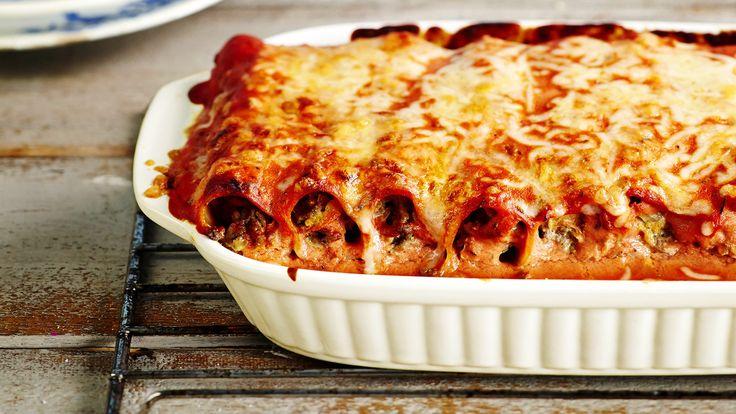 Jauhelihalla täytetyt cannellonit eli pastaputket kypsyvät uunissa meheviksi tomaattisessa kastikkeessa.