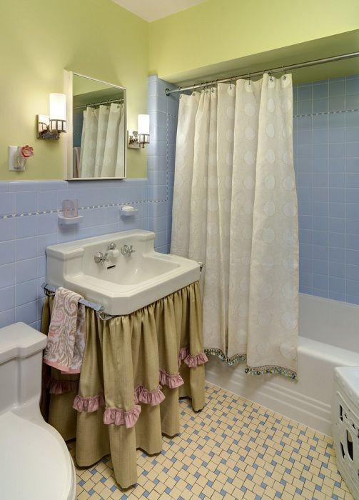 Украшение ванной комнаты различными шторками и симпатичной плиткой, добавляют своеобразного уюта.