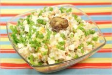 Салат «Зимний с шампиньонами»  Ингредиенты:  2 шт. картофеля, 2 моркови, 2 соленых огурца, 200 г шампиньонов, 100 г консервированного зеленого горошка, 2 яйца, майонез, зеленый лук, растительное масло, соль.