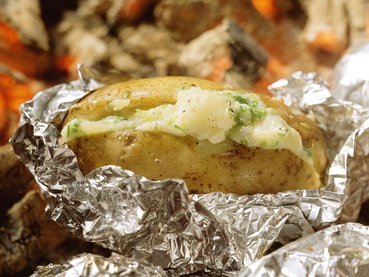 Folienkartoffeln mit Käse gefüllt | http://eatsmarter.de/rezepte/folienkartoffeln-mit-kaese-gefuellt