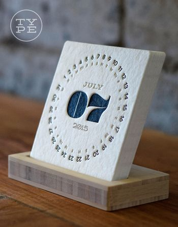 箔押ししたような加工がお洒落なカレンダー。円の中心には月と年が、その周りを囲むように日付が印刷されています。出典:iskelter.com