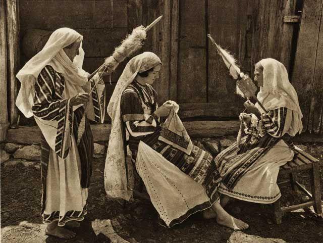 Sezatoare, pe vremuri se organizau sezatori pentru a petrece impreuna zilele lungi de iarna, pentru a munci intr-un mod placut si pentru a transmite traditii, obiceiuri si deprinderi de viata si de munca.