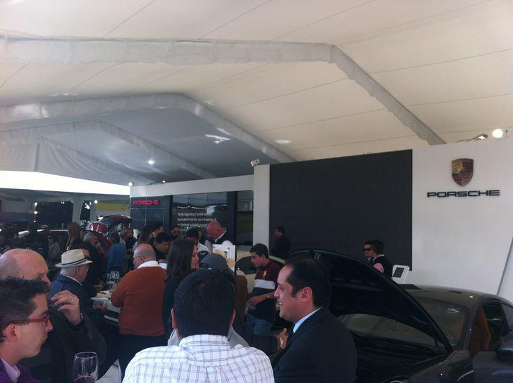 El stand de Porsche atrajo la atención de cientos de espectadores ansiosos por ver los nuevos modelos de la marca.