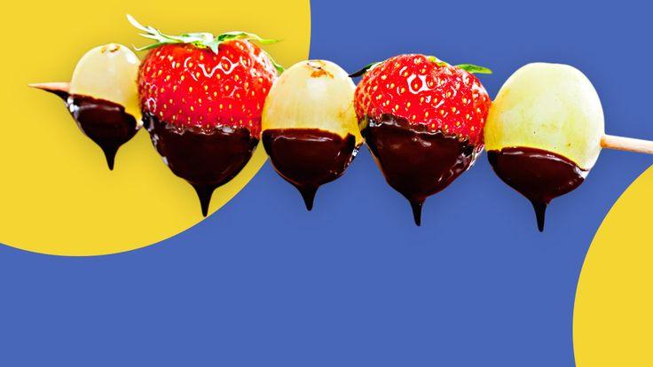 Über Fruchtspieße mit Schokolade freut sich nicht nur Dein Kleinkind, sondern auch die Familie. Die Kombination aus Obst und Schokolade ist unschlagbar gut.