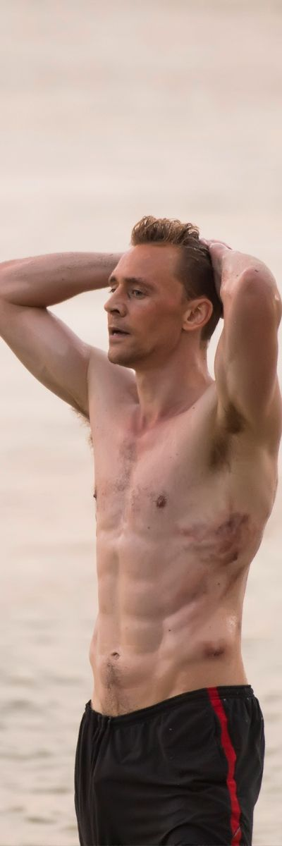 Tom Hiddleston as Jonathan Pine in The Night Manager (episode 3). Full size image: http://tomhiddleston.us/gallery/albums/tv/thenightmanager/stills/1x03/010.jpg Source: Tom Hiddleston US http://tomhiddleston.us/gallery/thumbnails.php?album=658
