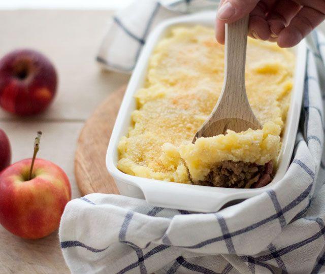 Hete bliksem ovenschotel een typisch Oud-Hollands gerecht bestaande uit aardappelen, appels, ui en in mijn geval ook met spekjes en gehakt, extra lekker!
