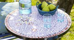 Réalisez une table de jardin en mosaïque pour apporter une touche personnelle à votre maison. Fourniture Table ronde en métal Tesselles de pâte de verre ou émaux de Briare ou résine (moins ...