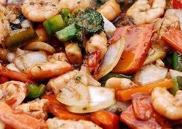 """Chop suey  (""""pedaços misturados"""", em chinês)  é um prato da culinária chinesa  que consiste de carnes  (bife, frango, camarão ou porco)  cozidas rapidamente com legumes  como o feijão-da-china, repolho e aipo,  envoltas num molho enriquecido com amido."""