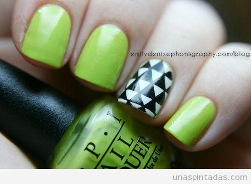 Decoración de uñas con dibujos de triángulos