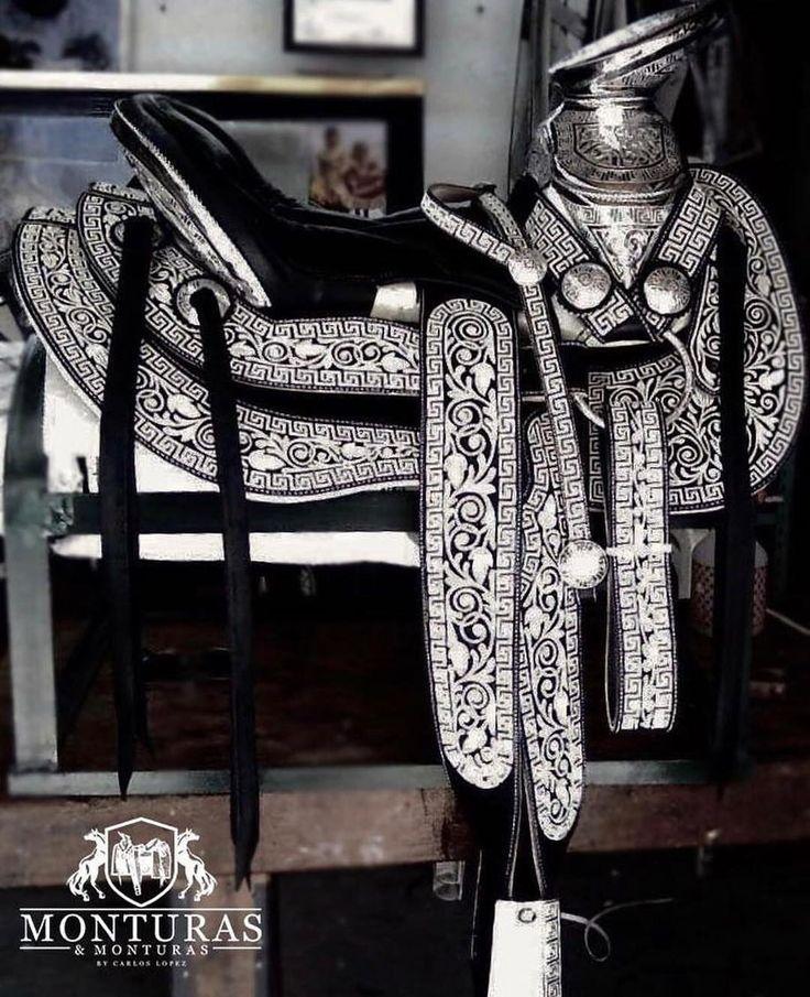 Disponible!! Esta bella montura piteada! -Montura cola de pato -Bordada en hilo de pita -Color negra -Fuste #15 -Herraje en acero inoxidable  Si gusta mas informacion porfavor comunícate al (323)697-6033 TEL USA por  whatsap o enviame tu numero de telefono y me comunicare con usted! Envios solo a Estados Unidos  #Monturas #Caballos #Pita #HechosAMano #Yegua #Vaquero #Vaquero #Rancho #CaballosFinos #CaballosBailadores #CaballosDeInstagram