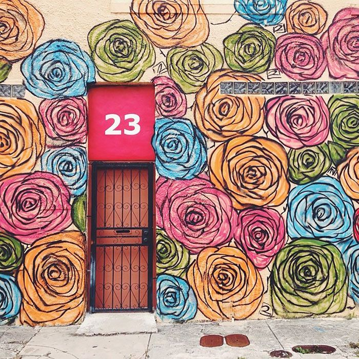 Některé domy mají dveře, a některé budovy nabízejí nezapomenutelné vchody. Když nastavíte svůj pohled na tyto nádherné dveřích můžete představit jen magický svět uvnitř. Díky ohromující zručnost, a aktivní barvy, tyto návrhy oznamuje světu, že to nejsou obyčejné vchody. Tyto dveře jsou umělecká díla. Rád bych navštívit každé z nich.   Jaipur, Indie  dveře Jako Zdroj:  payal.jhaveri  Miami USA