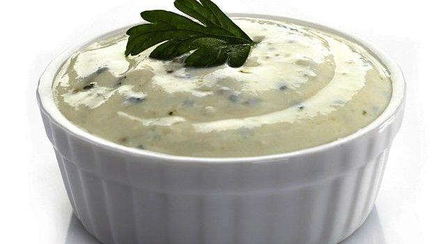 Maionese verde de Hamburgueria  Ingredientes: 2 xícaras de maionese, sal, 3 colheres de sopa de cebolinha e salsinha picadas, 1 colher de café de alho picado. Bater tudo no liquidificador e despejar em um recipiente.