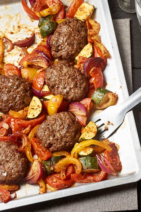 #hackfleisch #ratatouille Würzige #Frikadellen mit Ratatouille #Gemüse vom Blech sind super einfach zuzubereiten. #paprika #zucchini #tomaten #feta #rezept