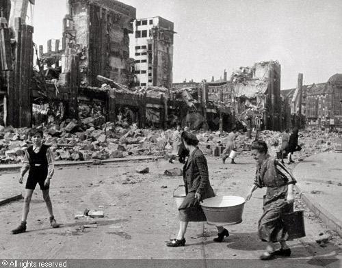 Berlin, Neukölln, Hermannplatz with destroyed Karstadt department store: 1945 destroyed Karstadt department store Date : 1945  CHALDEJ Yevgeni, 1917-1997 (Russia)