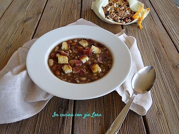 Una zuppa di legumi e cereali con speck sarà sicuramente gradita a chi ama mangiare saporito. Sana e salutare si prepara in poco tempo perchè l'ammollo non è necessario. La confezione di legumi e cereali secchi che ho adoperato per preparare questa zuppa conteneva fagioli di più varietà, piselli spezzati, lenticchie, lenticchie rosse, adzuki verdi, orzo perlato e farro perlato.ppa+di+legumi+e+cereali+con+speck