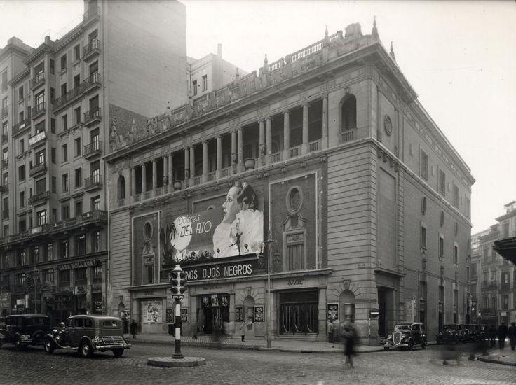 El Palacio de la música segunda mitad de los años treinta. El primer cine de la Gran Vía fue inaugurado hace 101 años, antes de que la calle estuviera acabada. El cine-teatro Gran Vía, situado en la calle Jacometrezo, muy cerca de la actual Plaza del Callao, sustituyó a un barracón cinematográfico de madera que funcionaba en el mismo solar desde 1904, y supuso la primera piedra para hacer de la Gran Vía la avenida del celuloide: en su punto álgido, la década de 1950, había 15