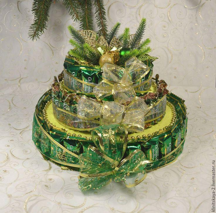 Купить Трёхярусный новогодний торт из конфет зелёный. Работа на заказ. - зеленый, торт из конфет