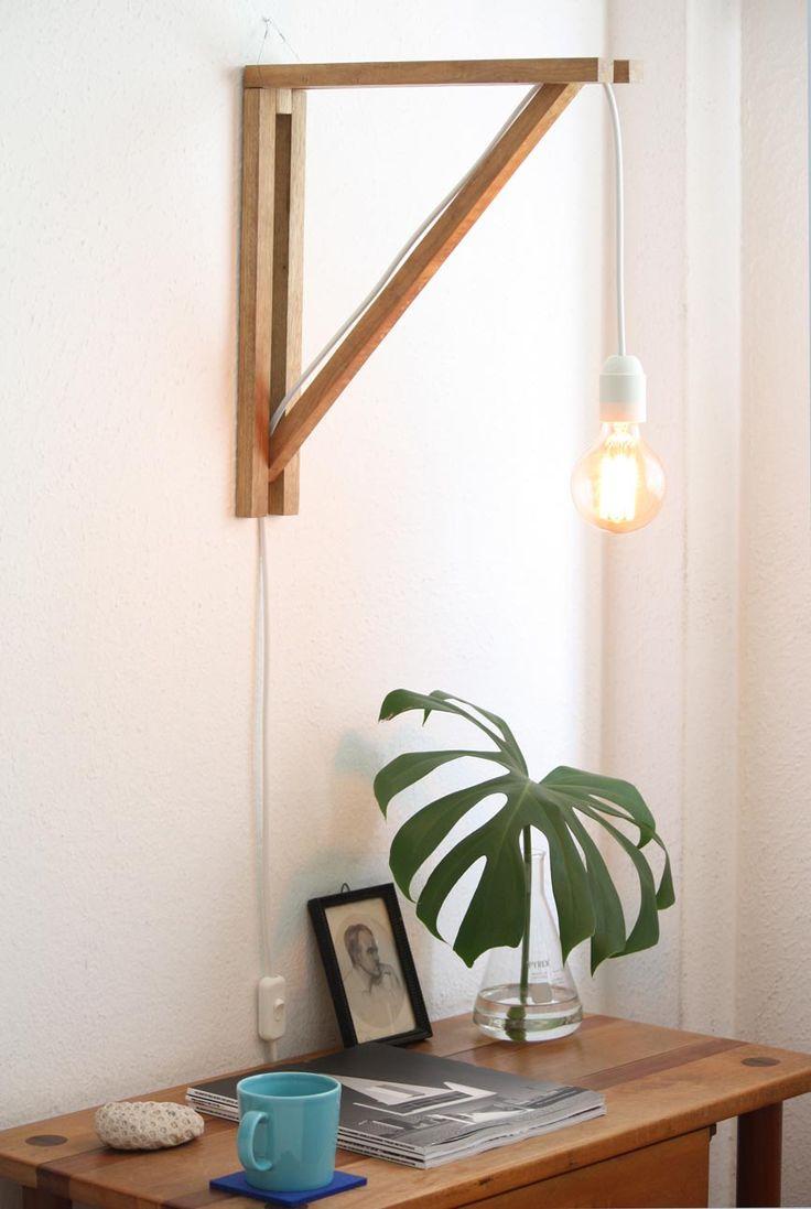 Luminária em madeira, fiação aparente e lâmpada de filamento de carbono