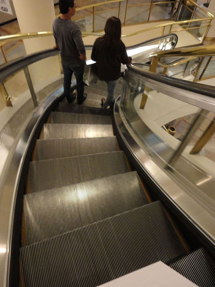 Escalera mecánica curva