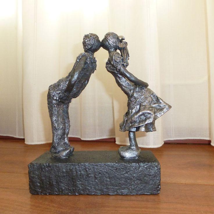 Decoratie beeld of figuur van twee kinderen die elkaar stiekem een kusje geven. Mooie decoratie of woonaccessoire voor in huis. Een beeld als cadeau gewoon voor jezelf. Passend in bijna iedere woninginrichting. Of een origineel cadeau om weg te geven als: Verjaardag-Relatie-Huwelijks-Jubileum-Vriendschap-Afscheid cadeau en of geschenk.