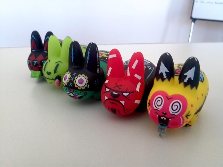 Ejército de Conejos digitales en @Cuatro Coronas #KidRobot #Bunny #Toys #Awsome