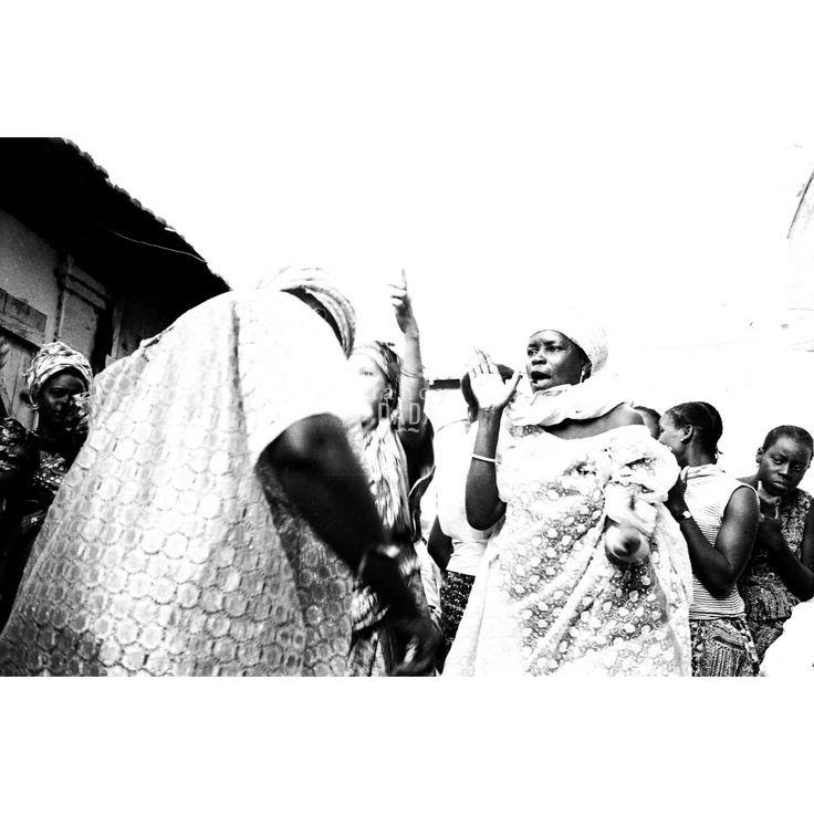 #Dancesoul. Gruppo di donne nigeriane in festa. Dei ritratti, del reportage dell'agenzia DFP di Dani Maria Turriccia, si può ammirare la bellezza superficiale, ma per cogliere a fondo il valore bisogna soffermarsi su ogni singolo elemento: i vestiti dalle decorazioni elaborate, la varietà dei gioielli. Nigeria, 1975.